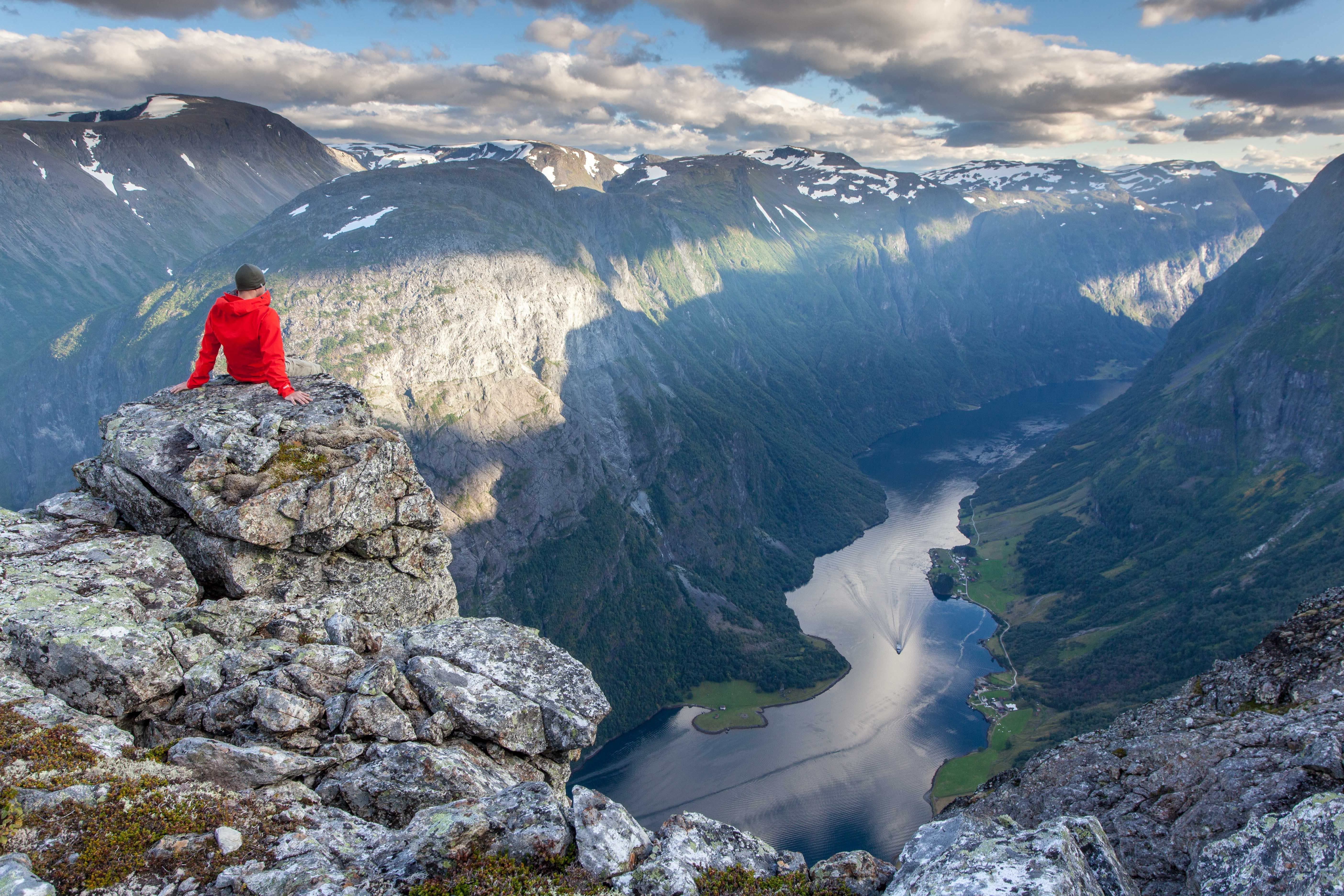 hike-norwegian-fjords-easter-adventure